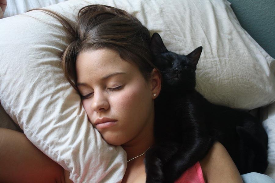 Девушка спит рядом фото, порно актриса похожая на кендру стар